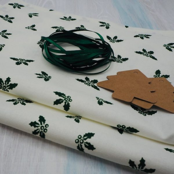 Green Holly Christmas crackers